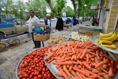 人们换新鲜蔬菜和果子在街道 免版税库存图片