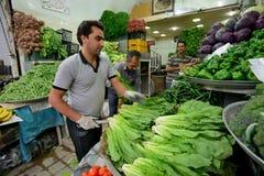 人们换新鲜蔬菜和果子在街道 库存图片