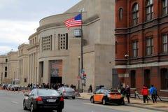 人们排列进入美国浩劫纪念博物馆,华盛顿特区, 2015年 免版税库存图片
