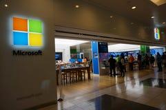 人们探索大销售的里面微软视窗商店 免版税库存图片