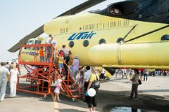 人们探索MI-10K直升机 免版税库存图片