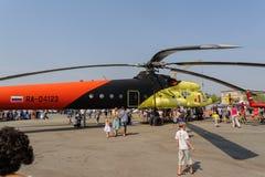 人们探索MI-10K直升机 免版税库存照片