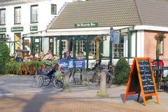 人们放松在一个大阳台在Lage Vuursche,荷兰 免版税库存照片