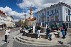 人们放松在喷泉在城镇厅广场在维尔纽斯,立陶宛 库存图片