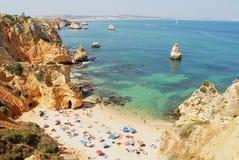 人们放松在普腊亚da阿那夫人海滩在拉各斯,葡萄牙 库存图片