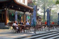 人们放松在沿联合国科教文组织西湖的一个大阳台在杭州,中国 免版税库存图片
