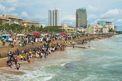 人们放松在海边在科伦坡,斯里兰卡 库存照片