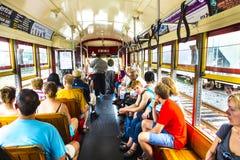 人们旅行与著名老街道汽车圣查尔斯线 免版税图库摄影