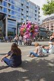 人们日间坐在街道上的遏制 图库摄影