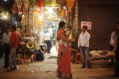 人们是繁忙的与在著名主要义卖市场路的每日活动 免版税库存图片