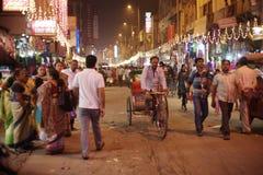 人们是繁忙的与在著名主要义卖市场路的每日活动 库存图片
