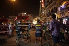 人们是繁忙的与在著名主要义卖市场路的每日活动 免版税库存照片