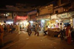 人们是繁忙的与在著名主要义卖市场路的每日活动 库存照片