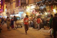 人们是繁忙的与在著名主要义卖市场路的每日活动 免版税图库摄影