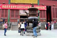 人们有一个宗教仪式在孔子灵隐寺,杭州,中国 图库摄影
