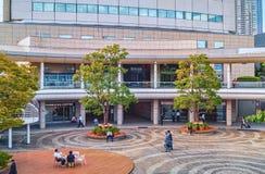 人们有休息在典型的生存结大厦的内在庭院在东京,日本 图库摄影