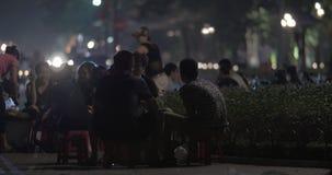 人们有食物和饮料在路旁咖啡馆 河内越南 股票录像
