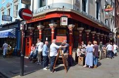 人们有饮料外部英国酒吧在伦敦苏豪区,伦敦英国 免版税库存照片