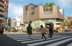 人们横渡东京日本的涩谷 免版税库存图片