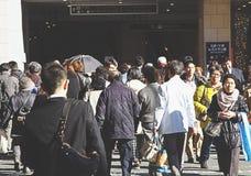人们横渡在大阪站前面的交叉点 免版税库存图片