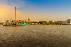 人们横渡从Wat轰隆Nam Pheung N的昭拍耶河 免版税库存照片