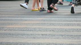 人们横跨在慢动作的路走 股票录像