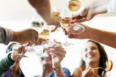 人们欢呼庆祝多士幸福统一性概念 免版税图库摄影