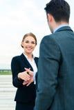 人们欢迎与企业握手 库存照片