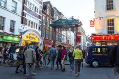 人们沿一条繁忙的购物街道走在伦敦唐人街 免版税图库摄影