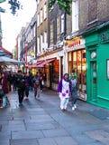 人们沿一条繁忙的购物街道走在伦敦唐人街 库存图片