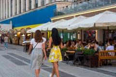 人们沿堤防在咖啡馆走在河驻地附近,坐,放松,乌克兰, Kyiv 社论 08 03 2017年 免版税库存照片