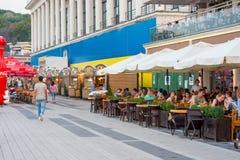 人们沿堤防在咖啡馆走在河驻地附近,坐,放松,乌克兰, Kyiv 社论 08 03 2017年 库存照片