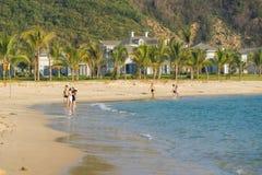 人们沿海滨走在五个星Vinpearl手段 库存照片