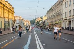 人们沿Sagaydachnogo街,乌克兰, Kyiv走,社论 08 03 2017年 图库摄影
