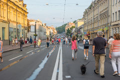 人们沿Sagaydachnogo街,乌克兰, Kyiv走,社论 08 03 2017年 库存照片