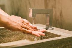 人洗涤的手在公开休息室 现代WC有益健康或卫生健康生活方式概念 免版税库存图片