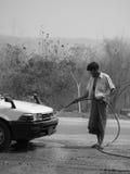 人洗涤的汽车自白天 免版税库存图片