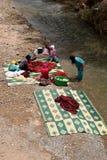 人洗涤的衣裳在河 免版税库存照片