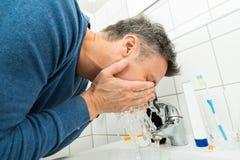 人洗涤的面孔 免版税图库摄影