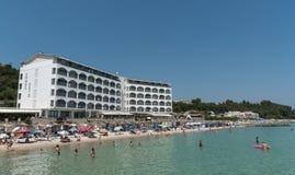 人们游泳在一个田园诗海滩的,哈尔基季基州,希腊 库存照片