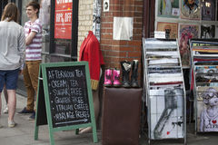 人们购物在老Spitalfields市场上在伦敦 市场存在了这里至少350年 图库摄影