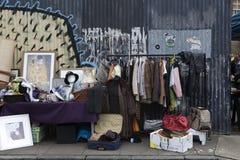 人们购物在老Spitalfields市场上在伦敦 市场存在了这里至少350年 库存照片