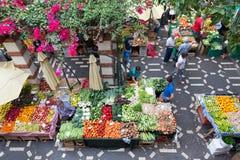 人们购物在马德拉岛,葡萄牙的菜市场上 免版税库存图片