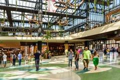 人购物的人群仓促在豪华购物中心内部 库存照片
