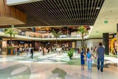 人购物的人群仓促在豪华购物中心内部 图库摄影