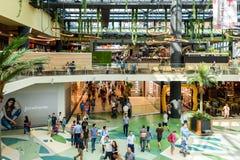 人购物的人群仓促在豪华购物中心内部 免版税库存照片