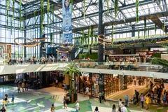 人购物的人群仓促在豪华购物中心内部 免版税库存图片