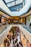 人购物的人群仓促在豪华购物中心内部 库存图片