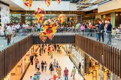 人购物的人群仓促在豪华购物中心内部 免版税图库摄影
