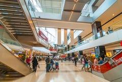 人们去购物,购物中心内部Barcenlona,西班牙 图库摄影
